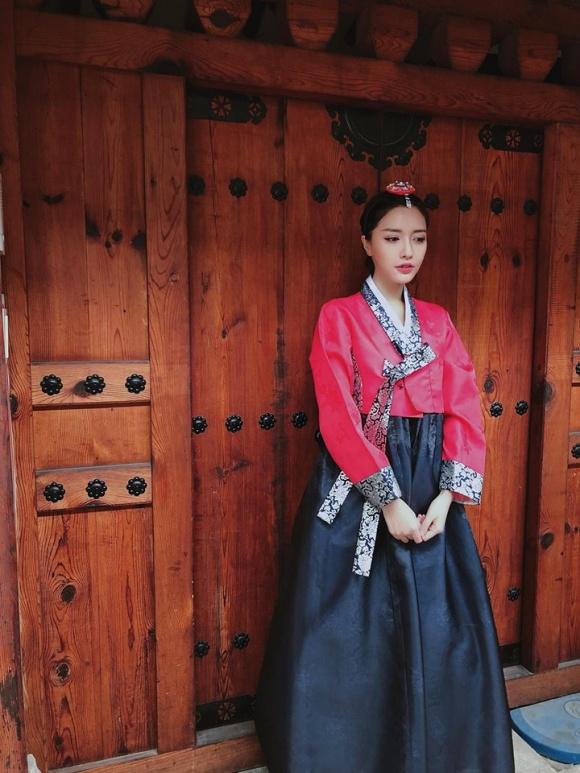 Chẳng ai có thể 'lầy lội' diễn tả 'mặc hanbok gió luồn từng ngóc ngách' như Bích Phương! - Ảnh 3