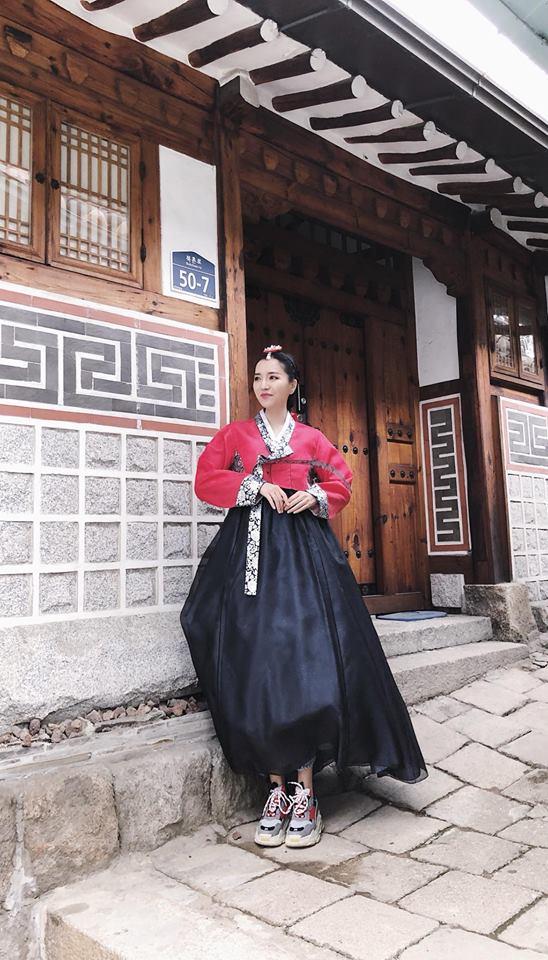 Chẳng ai có thể 'lầy lội' diễn tả 'mặc hanbok gió luồn từng ngóc ngách' như Bích Phương! - Ảnh 5