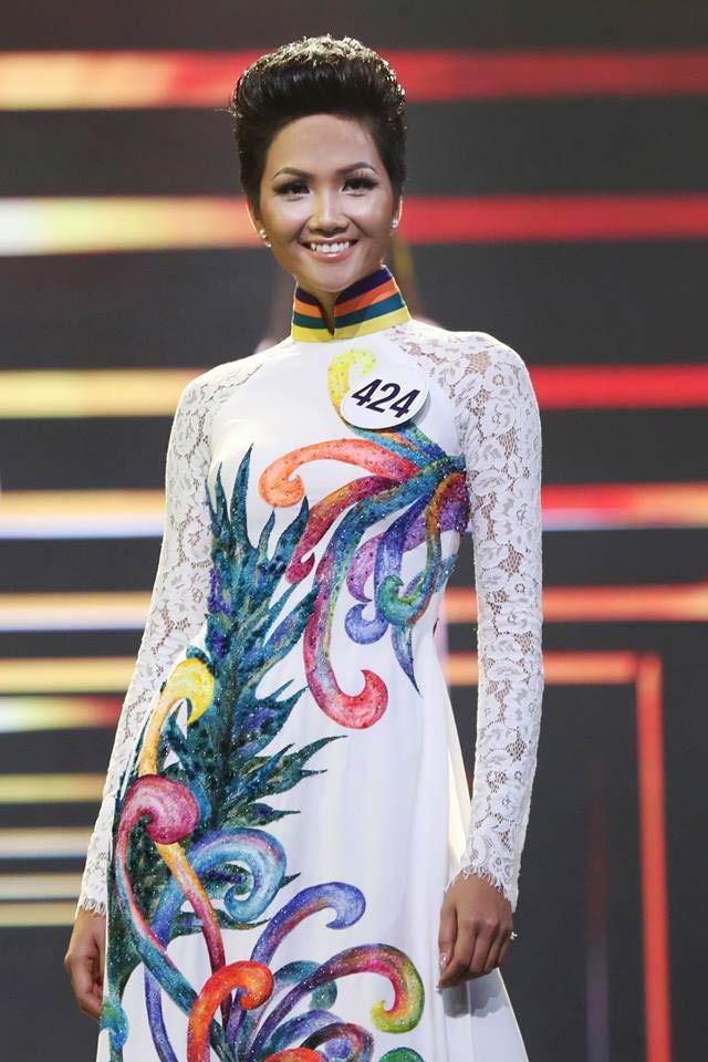 H'Hen Niê sau 3 tháng đăng quang: Áo dài thì cũ mà diện mạo thì mới mẻ lạ lẫm không nhận ra - Ảnh 4
