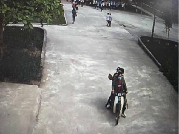 Bốn thanh niên 'hổ báo' phi xe máy vào trường tìm đánh học sinh - Ảnh 1