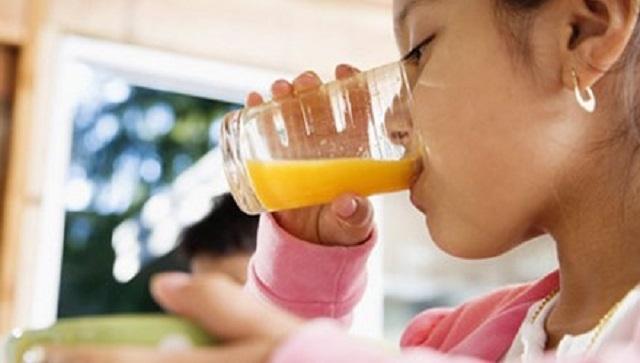 Cho trẻ uống nhiều nước để hỗ trợ điều trị sốt xuất huyết tốt hơn