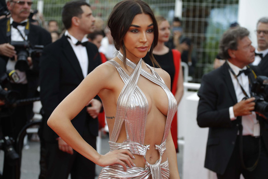 Chiêu hở bạo, giả té ngã của mỹ nhân trên thảm đỏ Cannes 71 - Ảnh 2