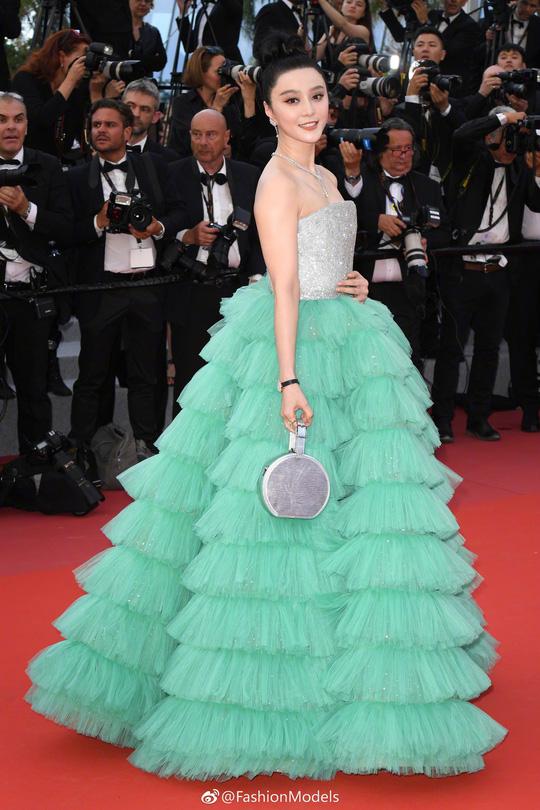 Chiêu hở bạo, giả té ngã của mỹ nhân trên thảm đỏ Cannes 71 - Ảnh 13