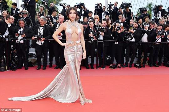 Chiêu hở bạo, giả té ngã của mỹ nhân trên thảm đỏ Cannes 71 - Ảnh 3