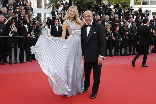 Chiêu hở bạo, giả té ngã của mỹ nhân trên thảm đỏ Cannes 71 - Ảnh 7