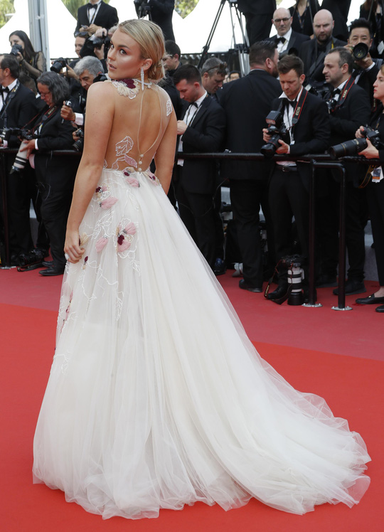 Chiêu hở bạo, giả té ngã của mỹ nhân trên thảm đỏ Cannes 71 - Ảnh 9