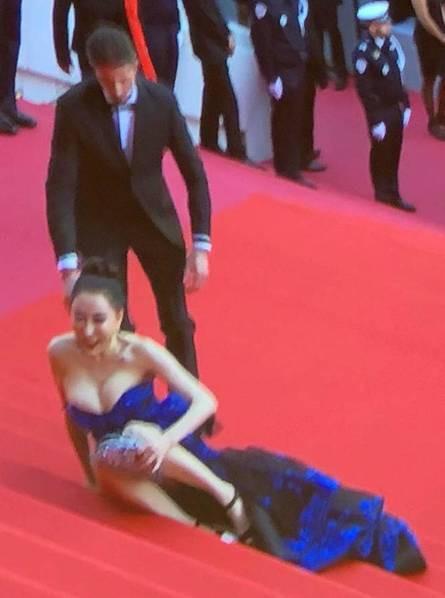 Chiêu hở bạo, giả té ngã của mỹ nhân trên thảm đỏ Cannes 71 - Ảnh 10