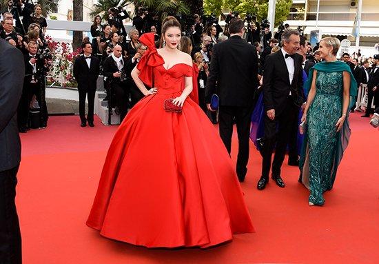 Lý Nhã Kỳ váy đỏ nổi bật trên thảm đỏ Cannes - Ảnh 1