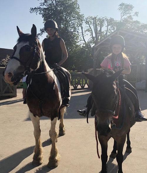 Vic và con gái cưng cưỡi ngựa ở miền quê - Ảnh 1