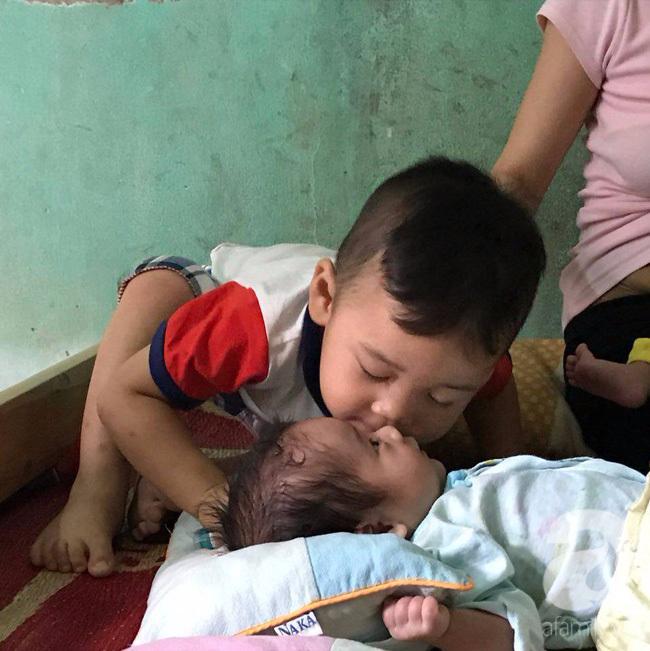 Hà Nội: Người mẹ lên mạng cho bớt 1 đứa con sau khi sinh đôi vì không nuôi nổi - Ảnh 4