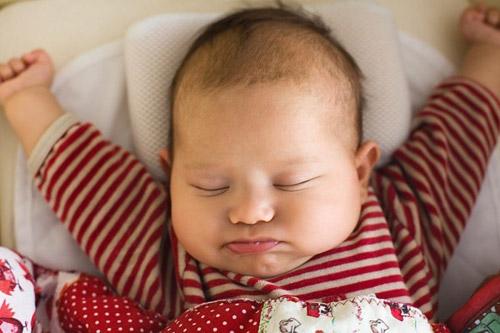 5 lý do thuyết phục cha mẹ không nên cho trẻ sơ sinh nằm gối - Ảnh 2