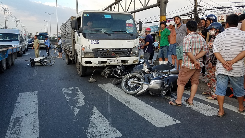 Xe ben tông hàng loạt xe máy, người văng tứ tung trên quốc lộ ở Sài Gòn - Ảnh 1