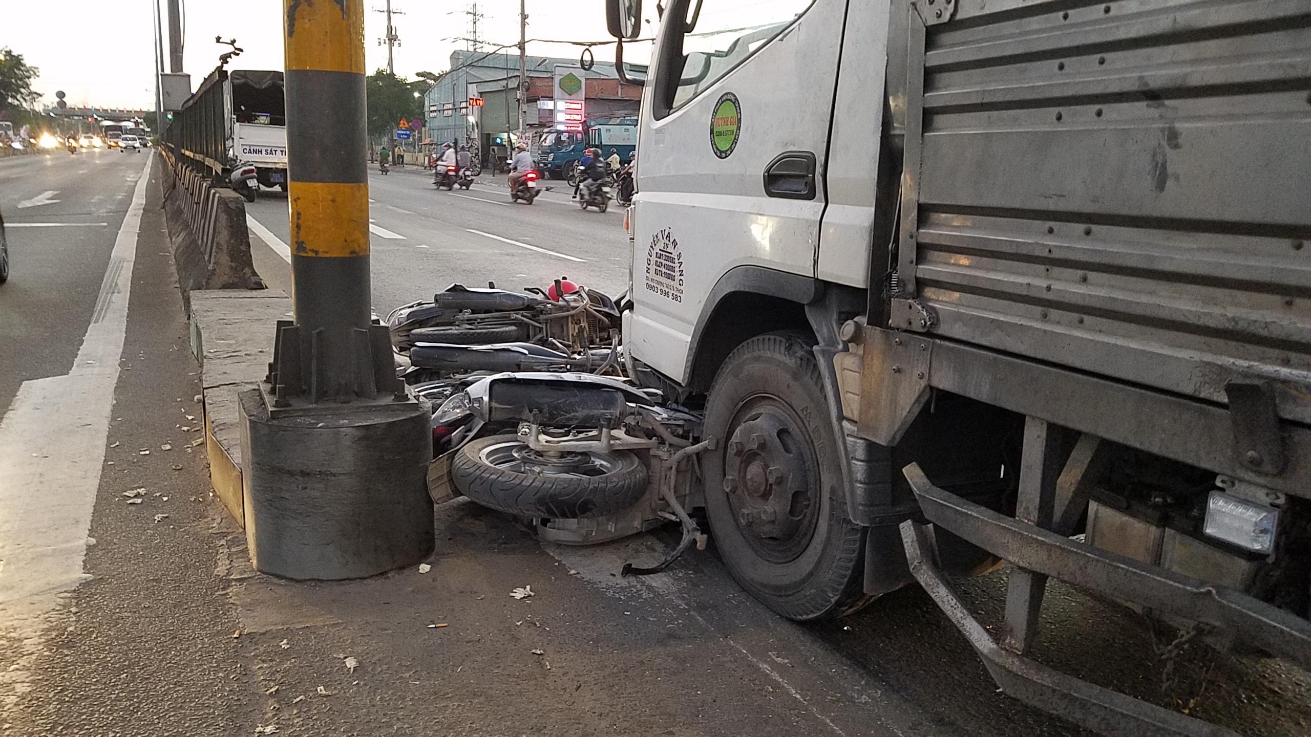 Xe ben tông hàng loạt xe máy, người văng tứ tung trên quốc lộ ở Sài Gòn - Ảnh 2