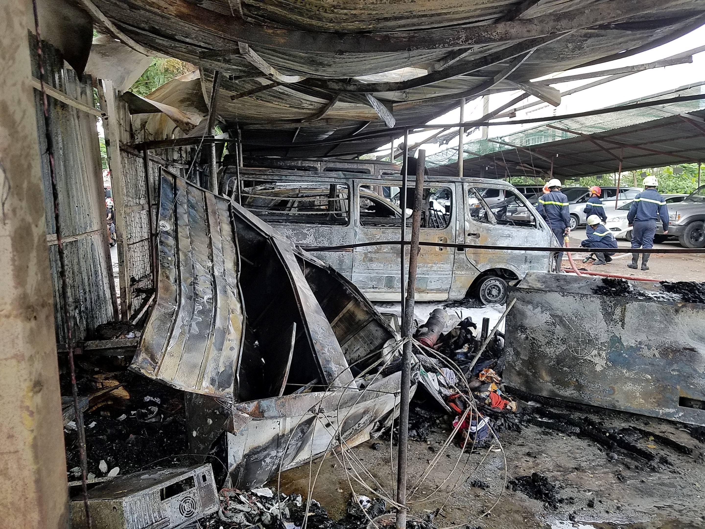 Hỏa hoạn thiêu rụi 3 ô tô cùng nhiều tài sản tại quận Tân Bình - Ảnh 3