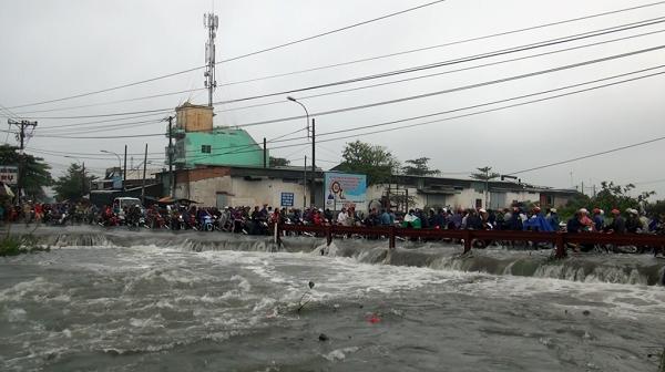 Nạn nhân bị nước cuốn mất tích trong mưa bão Sài Gòn là sinh viên đại học đi làm thêm - Ảnh 1