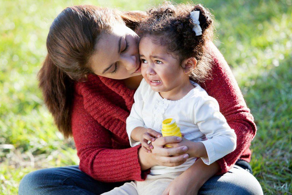 Với một cái ôm thật chặt hoặc cái nắm tay nhẹ nhàng, ấm áp sẽ có thể giúp trẻ dịu đi sự tức giận