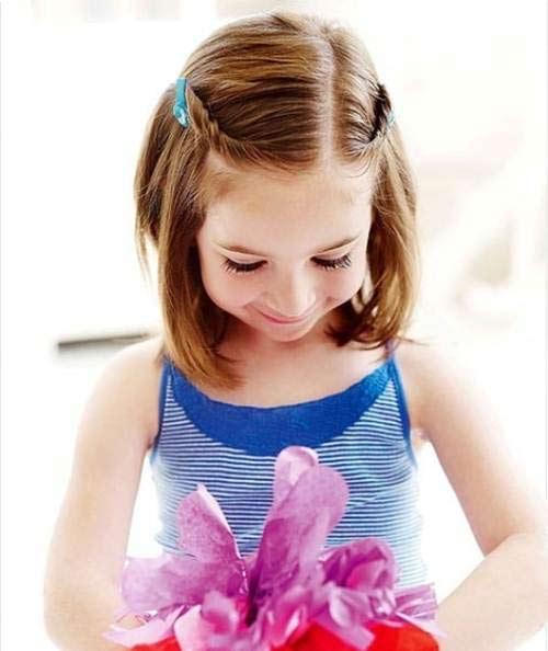 Kiểu tóc tết một phần nhỏ hai bên mái là kiểu tóc đơn giản, phù hợp với những bé gái tóc ngắn