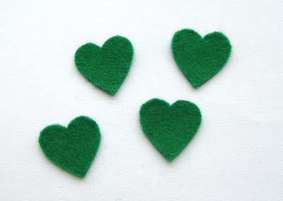 Cắt vải nỉ thànhbốn hình trái tim màu xanh lá cây