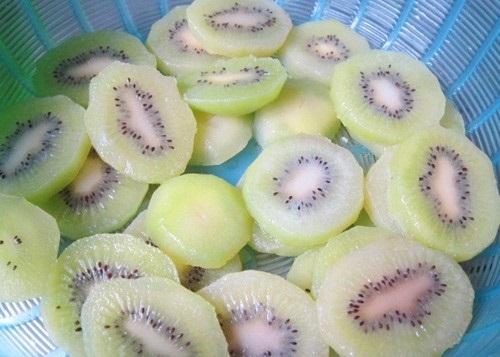 Vớt kiwi ra rồi xếp vào vỉ và hong nắng trong chừng 2 – 3 tiếng như ngày 1