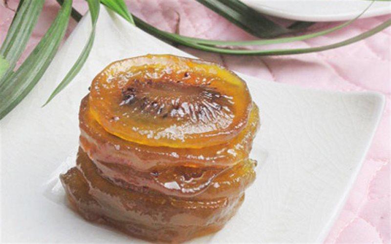 Miếng mứt kiwi thành phẩm có vị chua chua ngọt ngọt,  màu vàng cánh gián và có độ trong