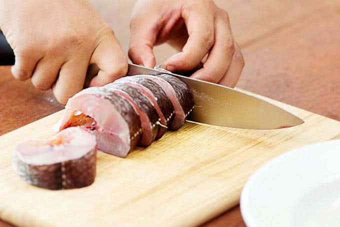 Sau khi cá đã được làm mang, cạo vẩy thì cho muối vào, chà xát nhẹ rồi rửa lại với nước. Xắt cá lóc thành lát vừa ăn