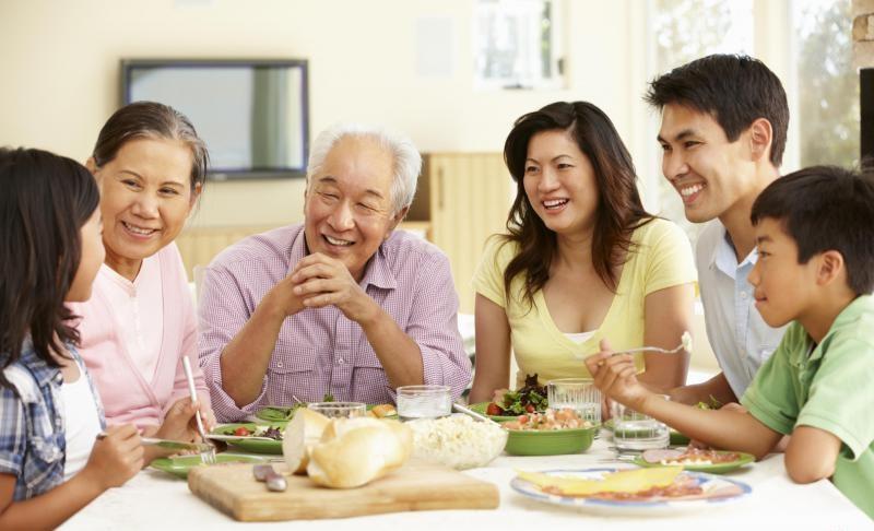 Người lớn tuổi tiêu hóa kém nên ăn chậm nhai kỹ và giữ tinh thần vui tươi trong bữa ăn