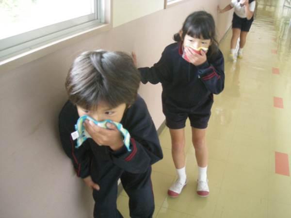 Những đứa trẻ ở Nhật được dạy để đối phó với hỏa hoạn từ khi biết bò - Ảnh 2