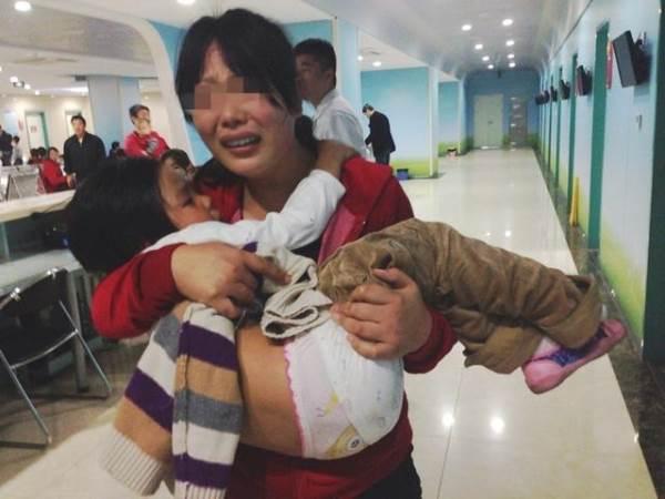 Cậu bé 3 tuổi suýt chết vì phơi nắng, bà nội tự tát vào mặt mình khi biết được sự thật - Ảnh 2