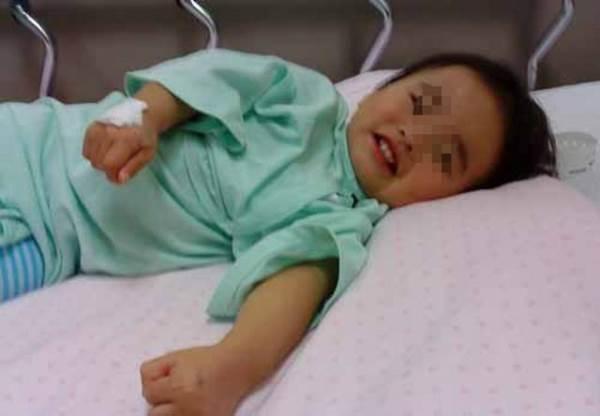 Cậu bé 3 tuổi suýt chết vì phơi nắng, bà nội tự tát vào mặt mình khi biết được sự thật - Ảnh 3