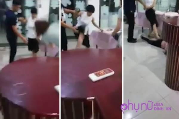 Clip: 'Bồ nhí' bị hai bà vợ cả đánh ghen 'tơi tả' tại quán ăn - Ảnh 1
