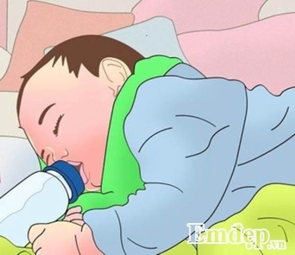 Vừa bú bình vừa nằm ngủ có thể khiến bé mất mạng - Ảnh 1