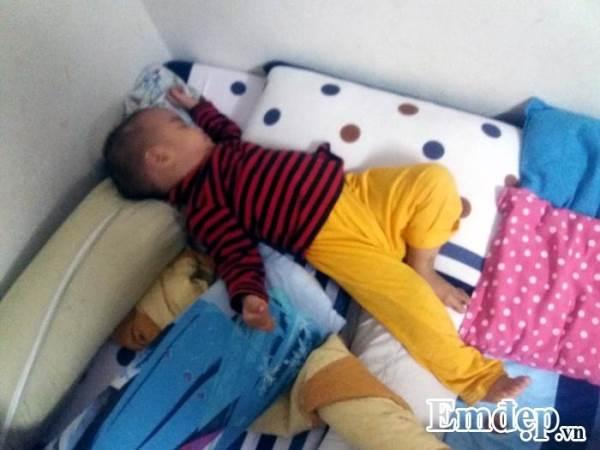 Mẹo đối phó với trẻ hay đạp tung chăn khi ngủ trong đêm lạnh - Ảnh 1