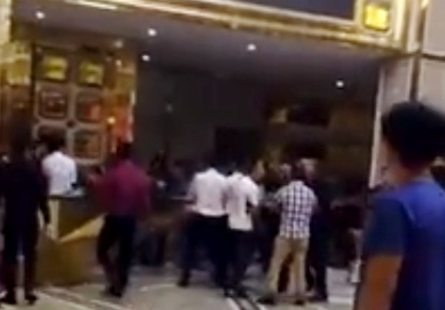 Nghệ An: Nghi ngờ nhân viên quán karaoke lớn nhất thành Vinh trộm cắp điện thoại, khách hàng cầm hung khí đuổi đánh nhập viện - Ảnh 1