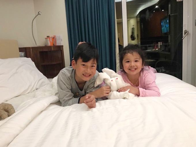 Không ngờ con trai riêng của Jennifer Phạm lại phản ứng thế này khi đi du lịch cùng gia đình mới của mẹ - Ảnh 2