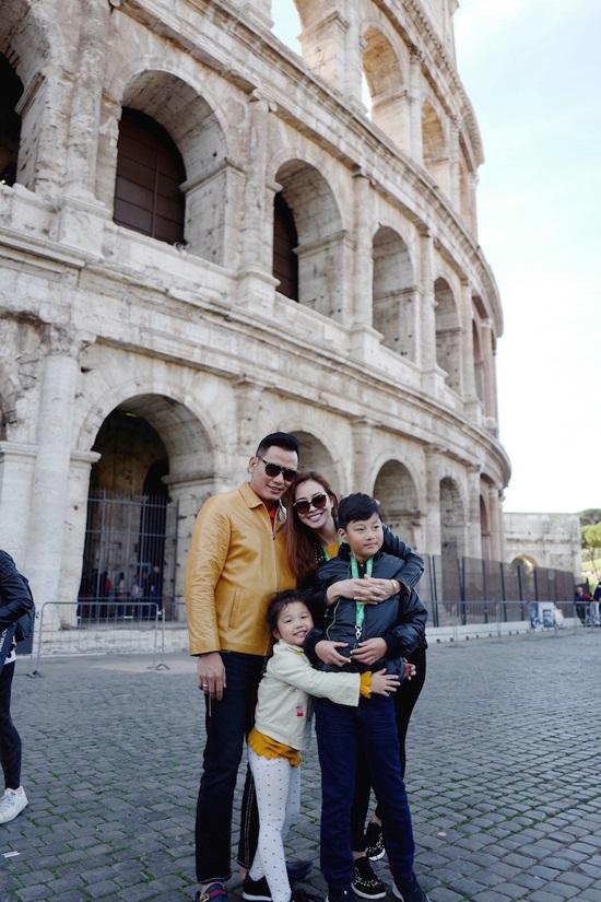 Không ngờ con trai riêng của Jennifer Phạm lại phản ứng thế này khi đi du lịch cùng gia đình mới của mẹ - Ảnh 1