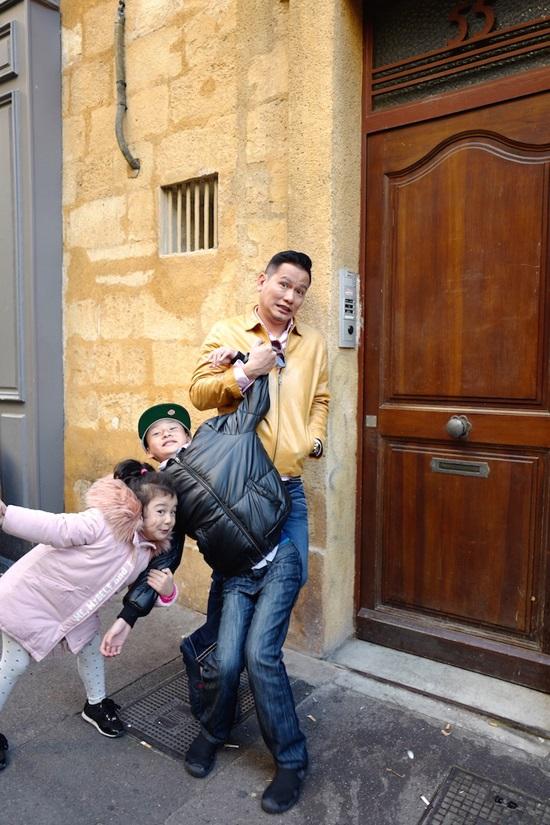 Không ngờ con trai riêng của Jennifer Phạm lại phản ứng thế này khi đi du lịch cùng gia đình mới của mẹ - Ảnh 7