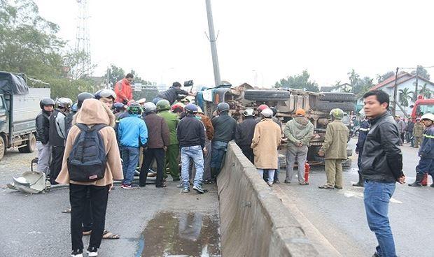 Giải cứu 3 người trọng thương trong cabin xe tải lật ngửa trên đường - Ảnh 1