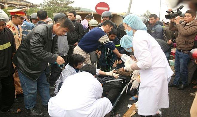 Giải cứu 3 người trọng thương trong cabin xe tải lật ngửa trên đường - Ảnh 2