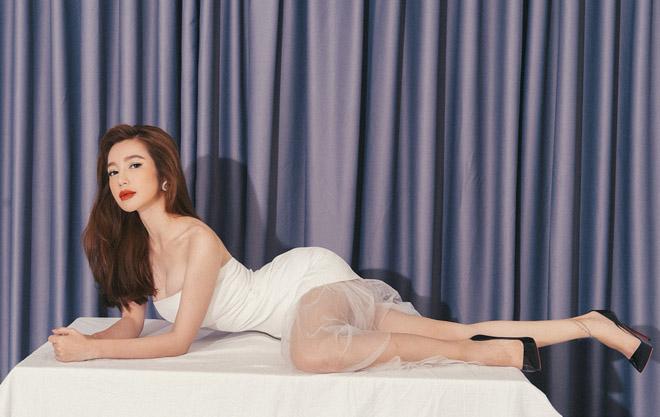 Choáng với hình ảnh Elly Trần khoe 3 vòng nóng bỏng bên bàn ăn - Ảnh 1