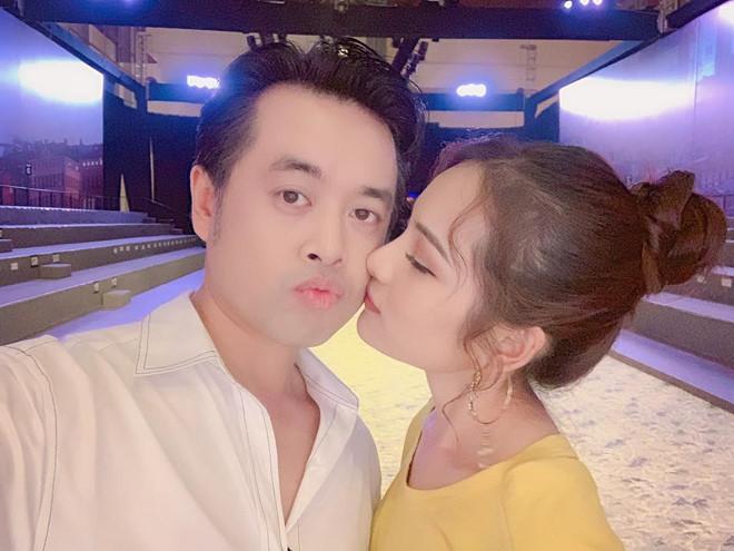 Dương Khắc Linh và bạn gái kém 13 tuổi thoải mái tình tứ trên MXH - Ảnh 1