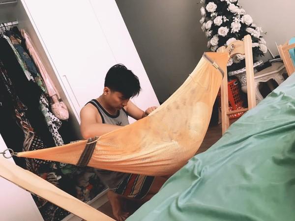 Lâm Khánh Chi khoe ảnh ông xã mải mê chăm con - Ảnh 1