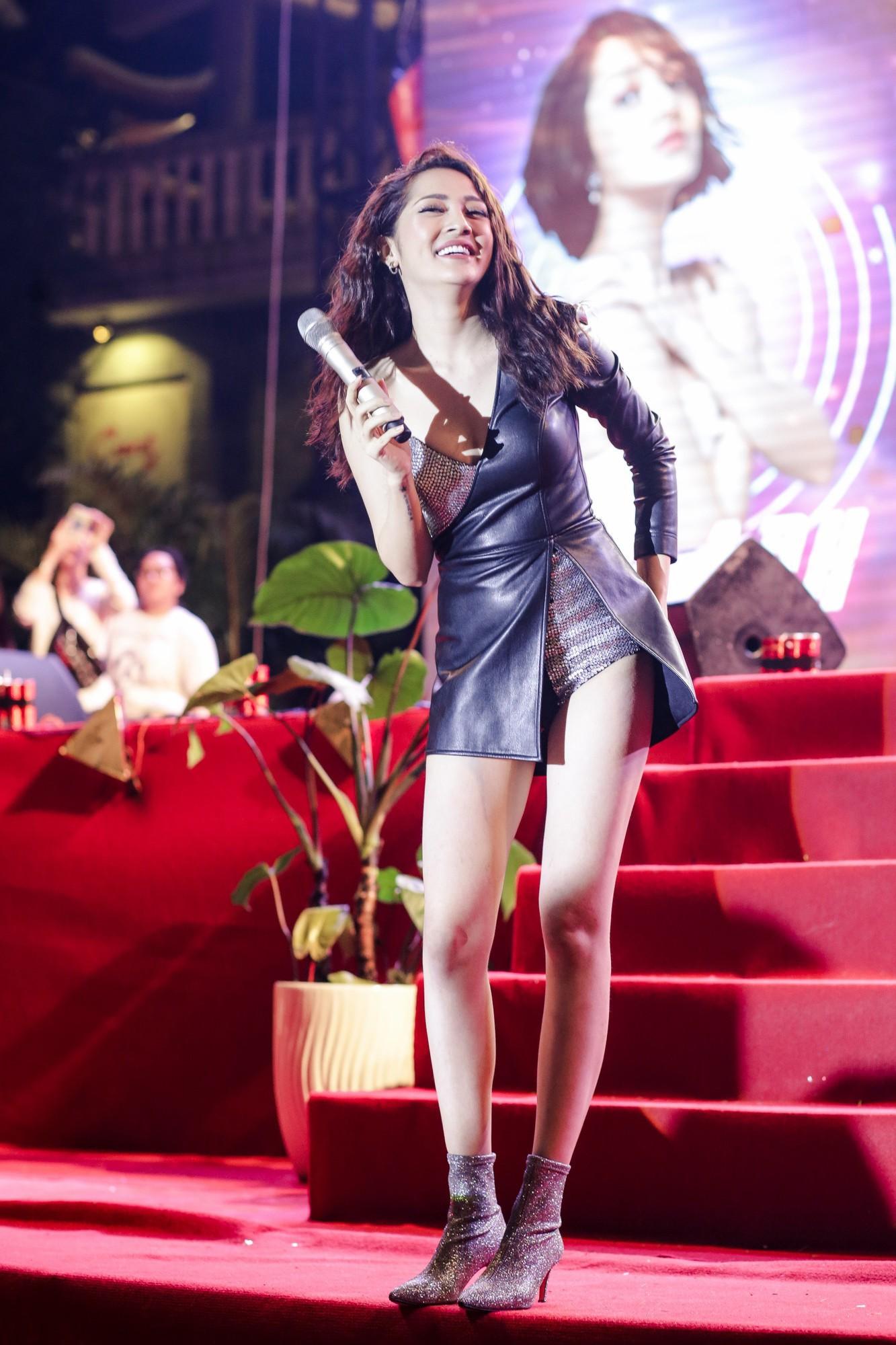 Ngoài Bích Phương, showbiz Việt còn những đôi chân 'cực phẩm' nhìn là mê - Ảnh 8