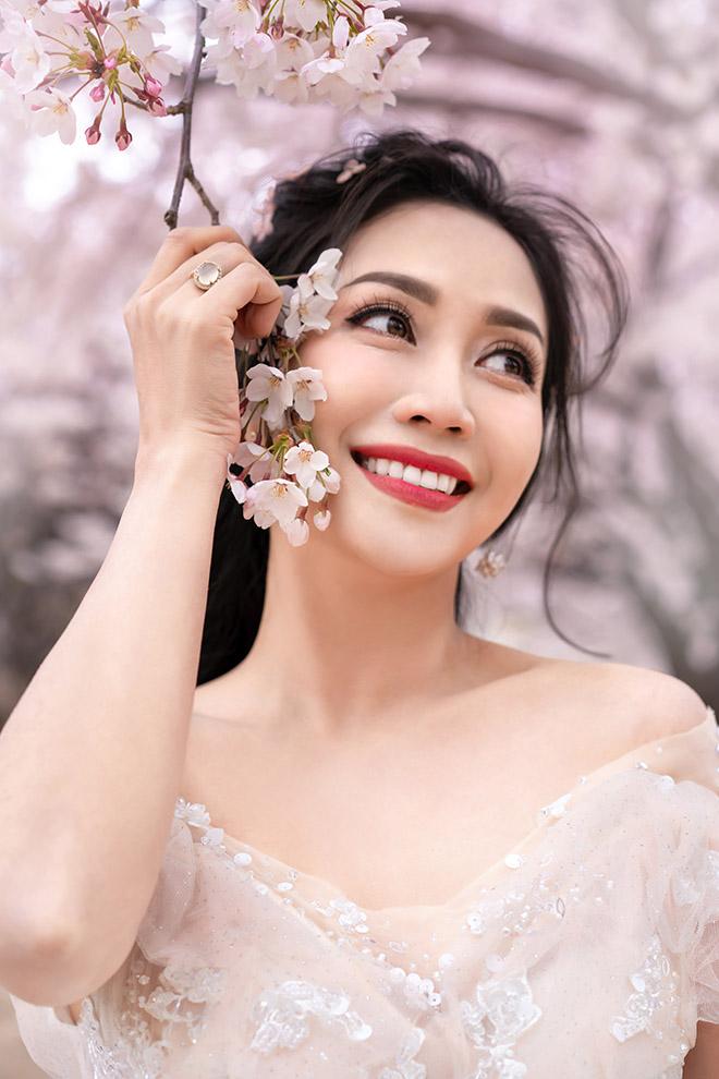 Ốc Thanh Vân lộ hình xăm lớn trong bộ ảnh kỷ niệm 11 năm cưới - Ảnh 1