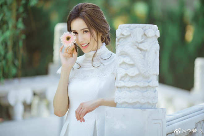 'Tiểu Long Nữ đẹp nhất màn ảnh' khoe nhan sắc tươi trẻ tuổi 46 - Ảnh 1