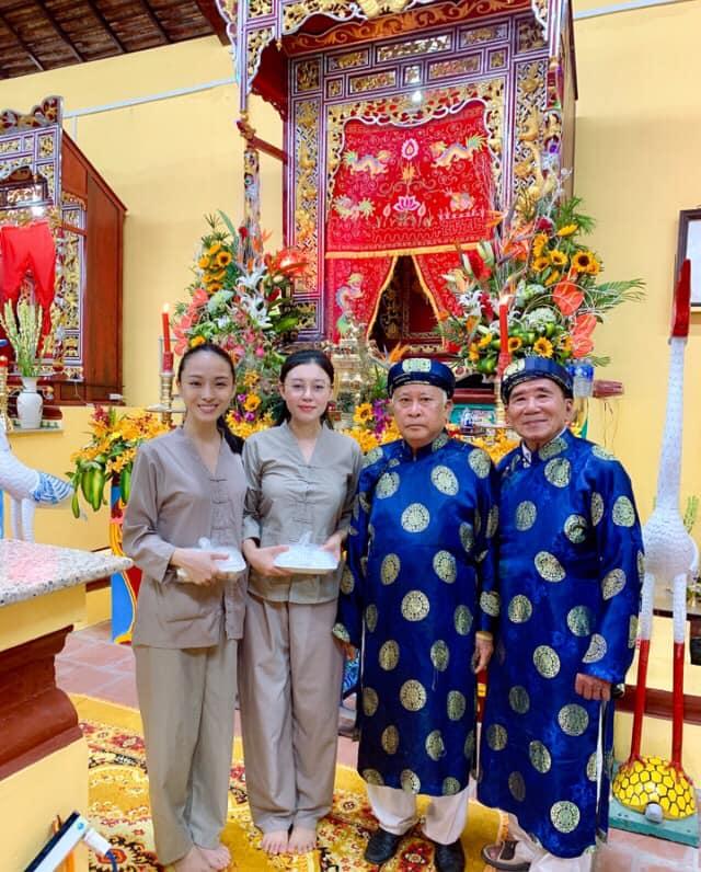 Trương Hồ Phương Nga mặc giản dị đi hội đình vẫn gây chú ý vì nhan sắc nổi bật - Ảnh 1