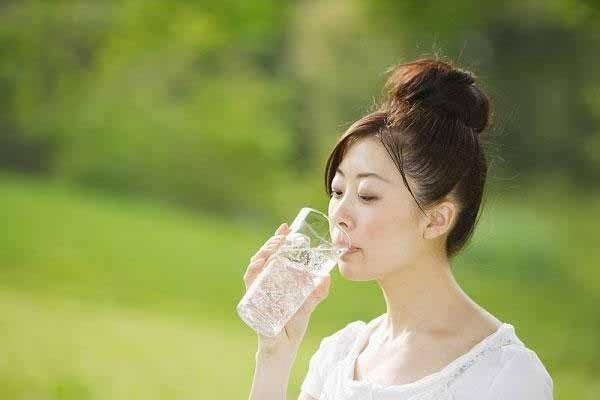 Uống 1 ly nước trước bữa sáng là kế hoạch 1 tháng giảm cân cho bạn