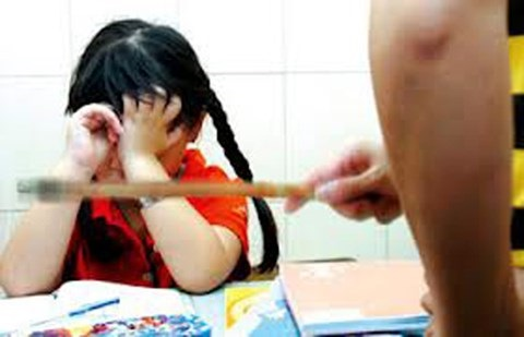 Lá thư đẫm nước mắt của bé gái lớp 4 bị giáo viên bạo hành suốt 4 năm: 'Em không thấy đau ở cánh tay, mà em thấy đau trong lòng' - Ảnh 1