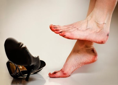 Đi giày cao gót suốt ngày mà không biết 10 mẹo này để không bị đau chân, phồng chân thì quá phí - Ảnh 1