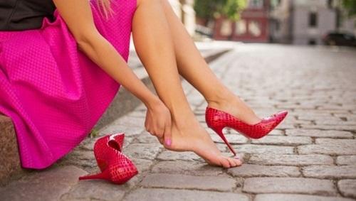 Đi giày cao gót suốt ngày mà không biết 10 mẹo này để không bị đau chân, phồng chân thì quá phí - Ảnh 2