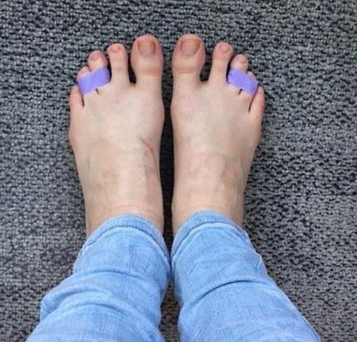 Đi giày cao gót suốt ngày mà không biết 10 mẹo này để không bị đau chân, phồng chân thì quá phí - Ảnh 3